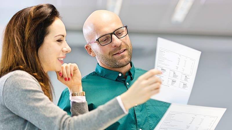 Collaborateurs analysent un document imprimé